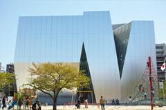 天才絵師 葛飾北斎ゆかりの地に昨年11月にオープンした「すみだ北斎美術館」。妹島和世氏の設計による、アルミパネルの外壁を持つ個性際立つ美術館で、北斎に親しむ。