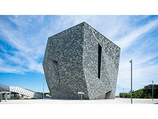 隈研吾/大地とつながるアート空間の誕生 − 石と木の超建築
