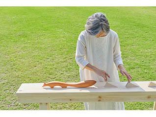 神奈川県ともいきアートサポート事業 茅ヶ崎市美術館×茅ヶ崎養護学校 「ふれて すすむ まえへ -音と光と香りとともに-」